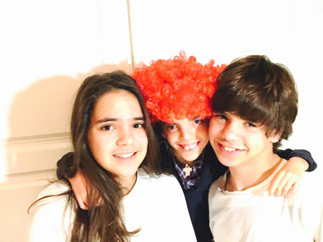 Matilde, Maria (de peruca laranja) e Tomás